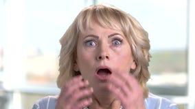 Πορτρέτο της συγκλονισμένης και έκπληκτης ώριμης γυναίκας απόθεμα βίντεο