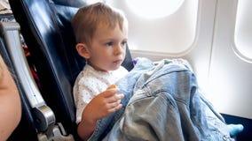 Πορτρέτο της συνεδρίασης μικρών παιδιών δίπλα στο φωτιστικό στο αεροπλάνο στοκ φωτογραφία με δικαίωμα ελεύθερης χρήσης