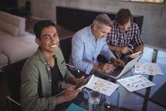 Πορτρέτο της συνεργασίας επιχειρηματιών χαμόγελου με τους συναδέλφους στο δημιουργικό γραφείο Στοκ Εικόνες
