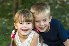 Πορτρέτο της συνεδρίασης αγοριών δύο παιδιών και αδελφών και αδελφών κοριτσιών Στοκ εικόνα με δικαίωμα ελεύθερης χρήσης