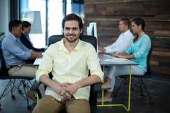 Πορτρέτο της συνεδρίασης επιχειρηματιών χαμόγελου στην καρέκλα Στοκ Φωτογραφίες