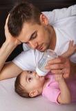 Πορτρέτο της ταΐζοντας κόρης πατέρων Στοκ Φωτογραφίες