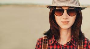 Πορτρέτο της ταξιδιωτικής όμορφης νέας γυναίκας στοκ φωτογραφία με δικαίωμα ελεύθερης χρήσης