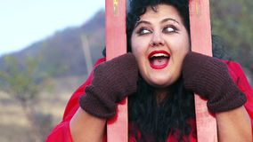 Πορτρέτο της τρελλής παράξενης γυναίκας με τα σκι στη φύση απόθεμα βίντεο
