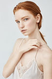 Πορτρέτο της τρυφερής redhead τοποθέτησης κοριτσιών που εξετάζει τη κάμερα Στοκ φωτογραφίες με δικαίωμα ελεύθερης χρήσης