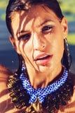 Πορτρέτο της υγρής γυναίκας στο μπλε περιδέραιο με τα ρεύματα του νερού Στοκ Φωτογραφίες