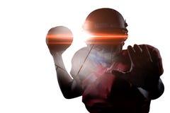 Πορτρέτο της υπεράσπισης αθλητικών τύπων κρατώντας το αμερικανικό ποδόσφαιρο Στοκ Φωτογραφίες