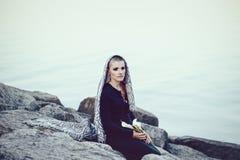 Πορτρέτο της λυπημένης όμορφης καυκάσιας λευκιάς νέας φαλακρής γυναίκας κοριτσιών με το ξυρισμένο κεφάλι τρίχας που καλύπτεται με Στοκ Φωτογραφία