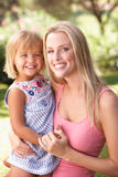 Πορτρέτο της χαλάρωσης μητέρων και παιδιών στο πάρκο στοκ φωτογραφίες με δικαίωμα ελεύθερης χρήσης