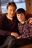 Πορτρέτο της χαλάρωσης πατέρων και γιων στοκ φωτογραφίες με δικαίωμα ελεύθερης χρήσης