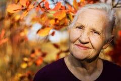 Πορτρέτο της χαμογελώντας ηλικιωμένης γυναίκας Στοκ εικόνα με δικαίωμα ελεύθερης χρήσης