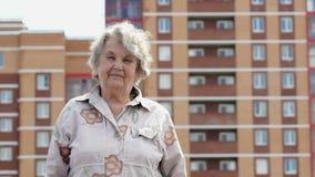 Πορτρέτο της χαμογελώντας ηλικιωμένης ώριμης γυναίκας υπαίθρια φιλμ μικρού μήκους