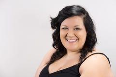 Πορτρέτο της χαμογελώντας νέας γυναίκας με τα μπλε μάτια και τα ρόδινα χείλια στοκ εικόνες με δικαίωμα ελεύθερης χρήσης
