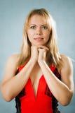 Πορτρέτο της χαμογελώντας συμπαθητικής ξανθής γυναίκας Στοκ εικόνες με δικαίωμα ελεύθερης χρήσης