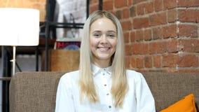 Πορτρέτο της χαμογελώντας όμορφης γυναίκας, εσωτερικό γραφείο Στοκ φωτογραφίες με δικαίωμα ελεύθερης χρήσης