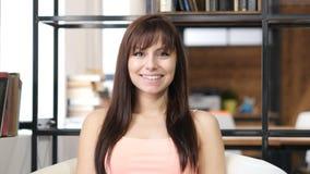 Πορτρέτο της χαμογελώντας όμορφης γυναίκας, εσωτερικό γραφείο Στοκ εικόνες με δικαίωμα ελεύθερης χρήσης