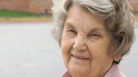 Πορτρέτο της χαμογελώντας ώριμης ηλικιωμένης γυναίκας υπαίθρια απόθεμα βίντεο
