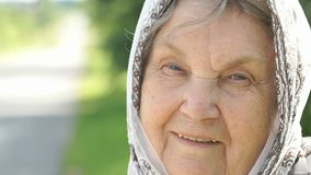 Πορτρέτο της χαμογελώντας ώριμης ηλικιωμένης γυναίκας Κινηματογράφηση σε πρώτο πλάνο φιλμ μικρού μήκους