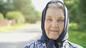 Πορτρέτο της χαμογελώντας ώριμης ηλικιωμένης γυναίκας Κινηματογράφηση σε πρώτο πλάνο απόθεμα βίντεο