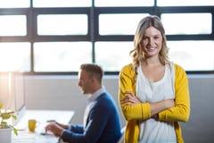 Πορτρέτο της χαμογελώντας γυναίκας από το συνάδελφο στην αρχή στοκ φωτογραφίες