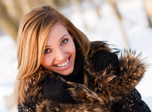 Πορτρέτο της χαμογελώντας γυναίκας το χειμώνα Στοκ εικόνα με δικαίωμα ελεύθερης χρήσης