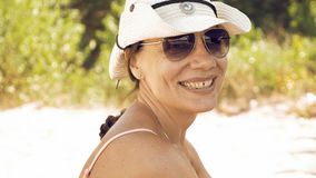 Πορτρέτο της χαμογελώντας γυναίκας υπαίθρια την ηλιόλουστη ημέρα Στοκ Εικόνες