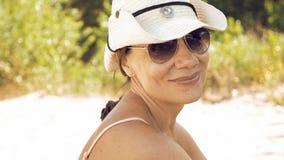 Πορτρέτο της χαμογελώντας γυναίκας υπαίθρια την ηλιόλουστη ημέρα Στοκ εικόνες με δικαίωμα ελεύθερης χρήσης