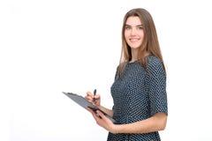 Πορτρέτο της χαμογελώντας επιχειρησιακής γυναίκας με το φάκελλο μανδρών και εγγράφου Στοκ Εικόνες