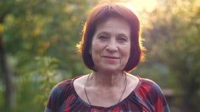 Πορτρέτο της χαμογελώντας ηλικίας γυναίκας απόθεμα βίντεο