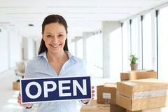 Πορτρέτο της χαμογελώντας μέσης ενήλικης επιχειρηματία που κρατά το ανοικτό σημάδι στο νέο γραφείο Στοκ εικόνες με δικαίωμα ελεύθερης χρήσης