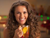 Πορτρέτο της χαμογελώντας νέας γυναίκας με το φλυτζάνι του τσαγιού πιπεροριζών στοκ εικόνα με δικαίωμα ελεύθερης χρήσης