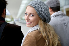 Πορτρέτο της χαμογελώντας ξανθής γυναίκας με τους συμμαθητές στοκ φωτογραφίες