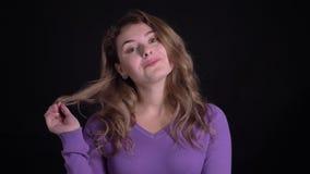 Πορτρέτο της χαριτωμένης ξανθής καυκάσιας τοποθέτησης γυναικών ταπει απόθεμα βίντεο