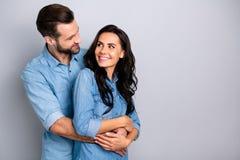 Πορτρέτο της χαριτωμένης περιστασιακής όμορφης άνετης εγκυμοσύνης soulmates συζύγων εύθυμης που συνδέει το ευχαριστημένο fooling  στοκ φωτογραφίες
