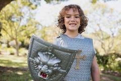 Πορτρέτο της χαριτωμένης προσποίησης αγοριών να είναι ιππότης Στοκ εικόνα με δικαίωμα ελεύθερης χρήσης