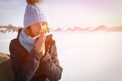 Πορτρέτο της χαρούμενης γυναίκας το χειμώνα στοκ φωτογραφία με δικαίωμα ελεύθερης χρήσης