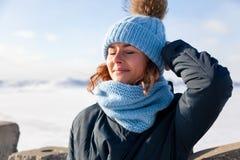 Πορτρέτο της χαρούμενης γυναίκας το χειμώνα στοκ εικόνα με δικαίωμα ελεύθερης χρήσης