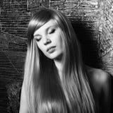 Πορτρέτο της όμορφης αισθησιακής γυναίκας με το κομψό χ Στοκ Εικόνες