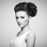 Πορτρέτο της όμορφης αισθησιακής γυναίκας με το κομψό hairstyle ανά Στοκ φωτογραφία με δικαίωμα ελεύθερης χρήσης