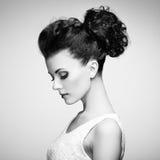 Πορτρέτο της όμορφης αισθησιακής γυναίκας με το κομψό hairstyle ανά Στοκ Εικόνες