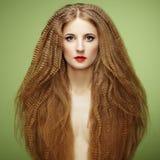 Πορτρέτο της όμορφης αισθησιακής γυναίκας με το κομψό hairstyle Στοκ Φωτογραφίες