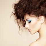 Πορτρέτο της όμορφης αισθησιακής γυναίκας με το κομψό hairstyle Στοκ Εικόνα