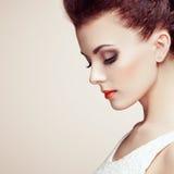 Πορτρέτο της όμορφης αισθησιακής γυναίκας με το κομψό hairstyle Στοκ φωτογραφίες με δικαίωμα ελεύθερης χρήσης