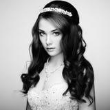 Πορτρέτο της όμορφης αισθησιακής γυναίκας με το κομψό hairstyle Wedd στοκ εικόνες με δικαίωμα ελεύθερης χρήσης