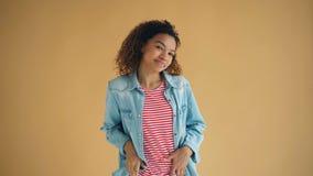 Πορτρέτο της όμορφης γυναίκας αφροαμερικάνων που εξετάζει το χαμόγελο φλερτ καμερών απόθεμα βίντεο