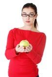 Πορτρέτο της όμορφης γυναίκας με ένα μήλο Στοκ Εικόνες