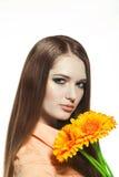 Πορτρέτο της όμορφης γυναίκας με ένα λουλούδι Στοκ Φωτογραφία