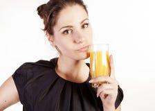 Πορτρέτο της όμορφης γυναίκας με ένα ποτήρι του χυμού στοκ εικόνες με δικαίωμα ελεύθερης χρήσης