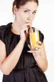 Πορτρέτο της όμορφης γυναίκας με ένα ποτήρι του χυμού στοκ εικόνες