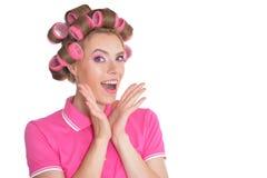 Πορτρέτο της όμορφης γυναίκας με τα ρόλερ τρίχας στοκ εικόνες με δικαίωμα ελεύθερης χρήσης